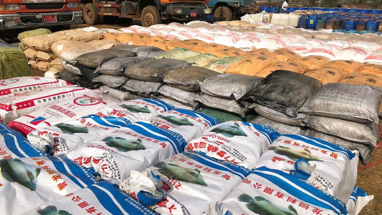 Her ses kemikalier, som bruges til at producere ulovlige stoffer som Methamfetamin, Ketamin, Heroin og Fentanyl. Alt sammen beslaglagt af politiet i Myanmar.