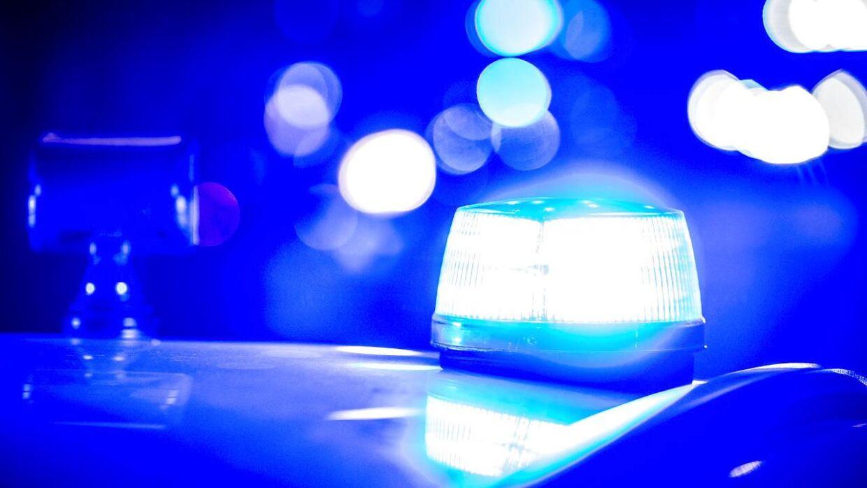 En politibil kørte mandag aften galt under en politijagt. (Arkivfoto)