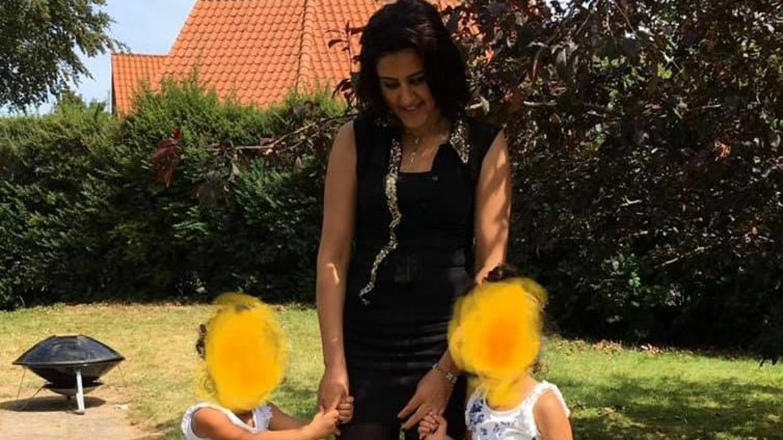27-årige Huda Ali Ahmad blev dræbt af sin mand, efter at parret var vendt tilbage til Syrien, hvor de stammede fra. Hudas ægtemand, Hussein Abbas, dræbte også parrets ni-årige søn. Hussein Abbas har tilstået drabet, men står alligevel til at modtage over 100.000 kroner til december, som et led i repatrieringsordningen.