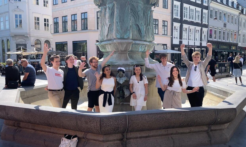 Arrangørerne af kampagnen 'Red vores studertid' i Storkespringvandet i København. Billede: Mathias Røn Poulsen