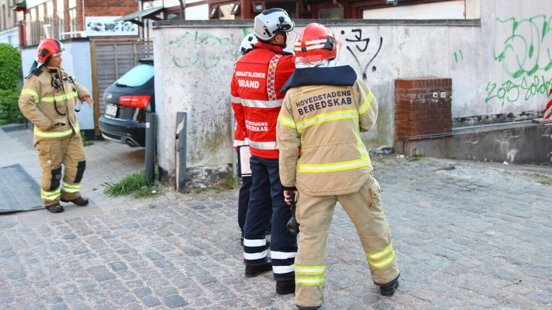 Tidligt torsdag morgen arbejdede brandvæsenet stadig på Skjulhøj Allé i Brønshøj, hvor en kraftig brand brød ud i en beboelsesejendom natten til torsdag.