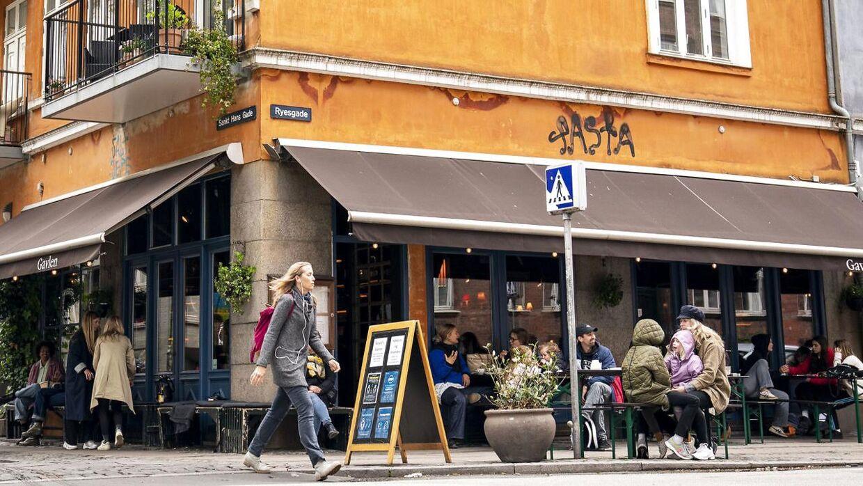 Dette foto af Café Gavlen i Ryesgade i København bruger den britiske avis The Guardian til at illustrere livet i Danmark efter coronakrisen.