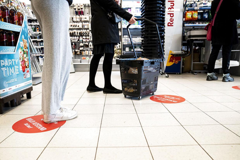 Over alt i butikker og supermarkeder bliver vi mindet om at holde afstand. (Arkivfoto)