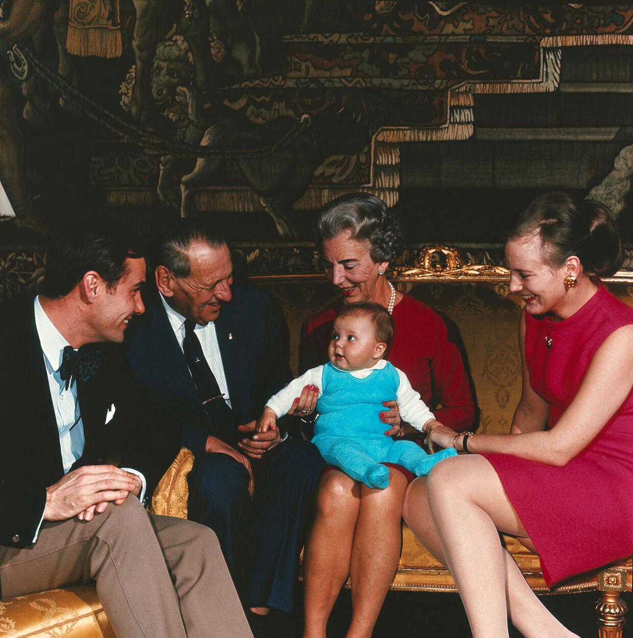 Den danske kongelige famlie med lille prins Frederik. Fra venstre prins Henrik, kong Frederik IX, Dronning Ingrid og kronprinsesse Margrethe.