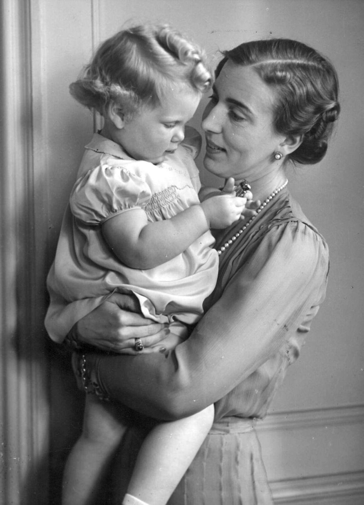 Kronprinsesse Ingrid med prinsesse Margrethe i 1942.