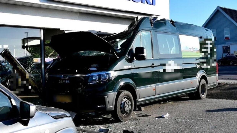 Varebilen kørte ind i flere parkerede biler og endte i en butiksrude.