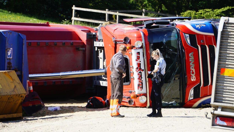 En lastbil fyldt med sand væltede fredag morgen tæt på travbanen i Aarhus.