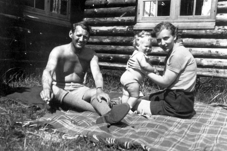 Kronprins Frederik lufter sine tatoveringer og kronprinsesse Ingrid hjælper lille Margrethe med at holde balancen, da kronprinsparret i 1941 holdt sommerferie i den kongelige jagthytte i Trend.