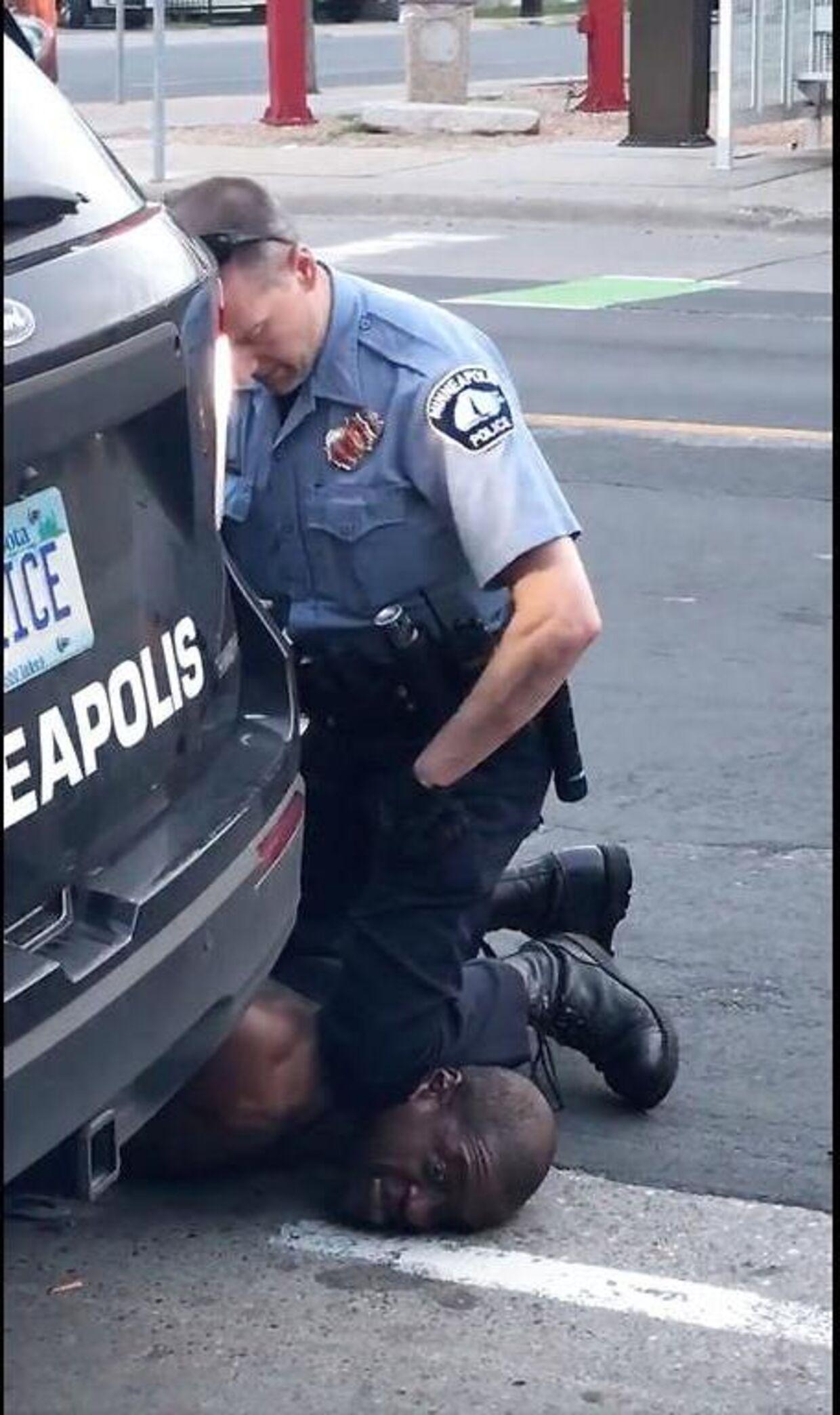 Politimanden Derek Chauvin er blevet arresteret og sigtet for manddrab. Ifølge sigtelsen holdt politimanden sit knæ på George Floyds hals i næsten ni minutter.