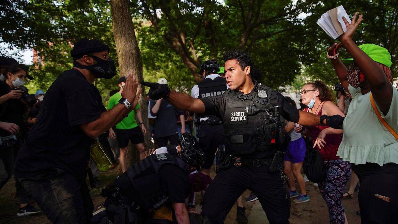 Kampklædte betjente forsøgte fredag at holde demonstranter foran Det Hvide Hus tilbage.