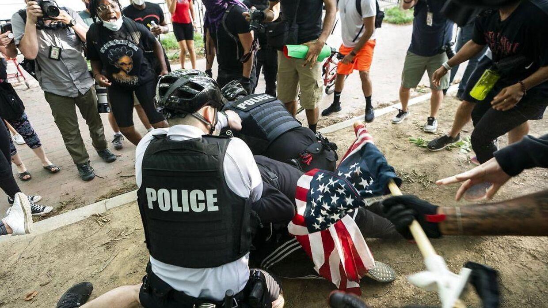 Politibetjenter tackler en demonstrant foran Det Hvide Hus i forbindelse med protesterne over George Floyds død.