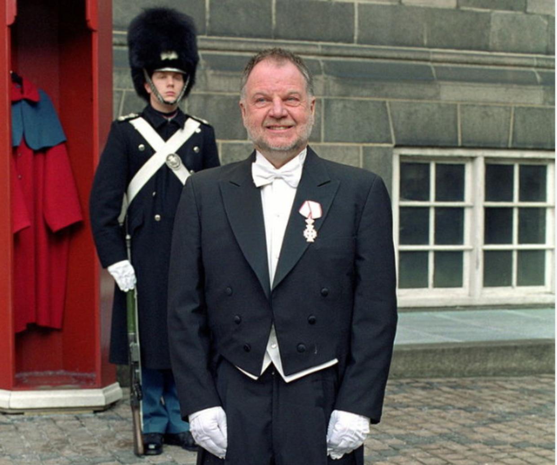 Mr. Bella alias Arne Bang Mikkelsen var i 22 år direktør for Bella Centret og i 2011 byggede han Hotel Bella Sky. Her modtager den Dronningens Ridderkors på Amalienborg.
