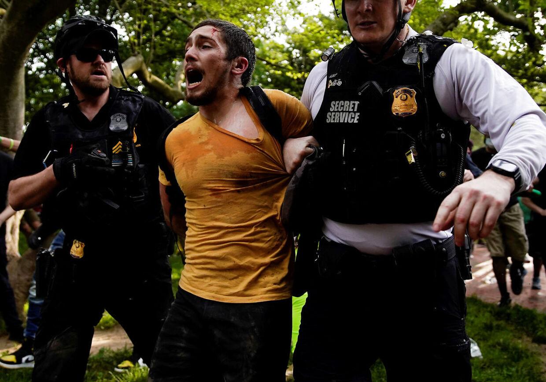 En demonstrant bliver tilbageholdt af sikkerhedstjenesten ved Det Hvide Hus.