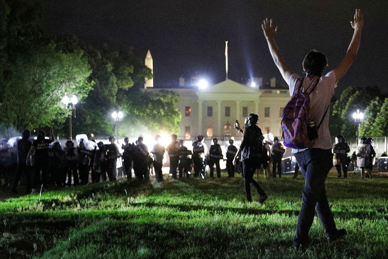 Demonstranter var natten til lørdag dansk tid forsamlet foran Det Hvide Hus.