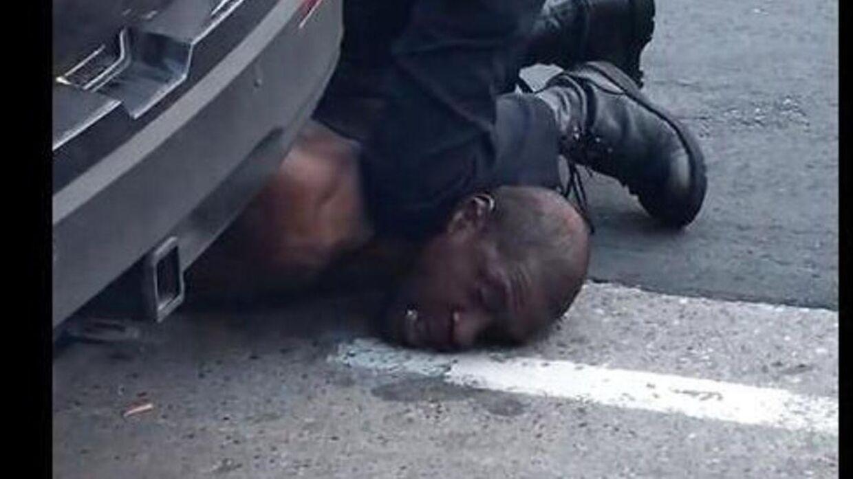 George Floyd der bliver kvalt under anholdelse.