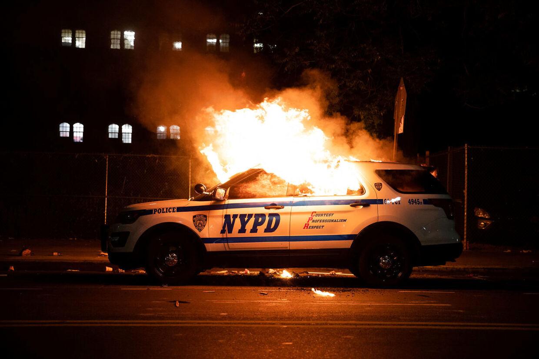 Over 15 politibiler blev brændt i New York.