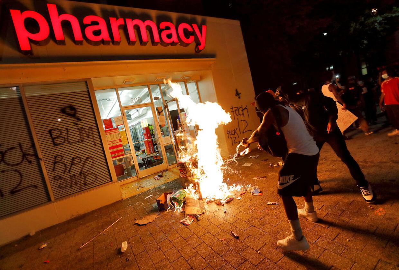 Demonstration og ildspåsættelse i Raleigh, North Carolina.