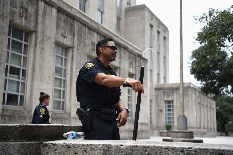 George Floyd skal begraves 9. juni i Houston i Texas, hvor han voksede op. Billedet viser betjente fra politistyrken i Houston foran byens rådhus mandag. Callaghan O''hare/Reuters