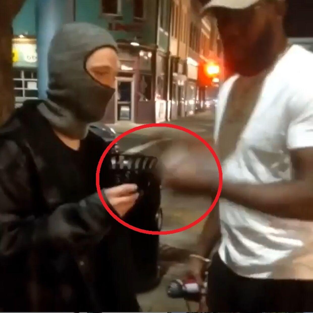 Jon Jones tog en dåse fra en ung mand på gaden.
