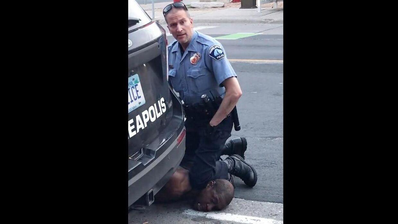 En politibetjent i Minneapolis, Minnesota, knæler på George Floyds hals. Ikke længe efter mister Floyd bevidstheden og senere livet.
