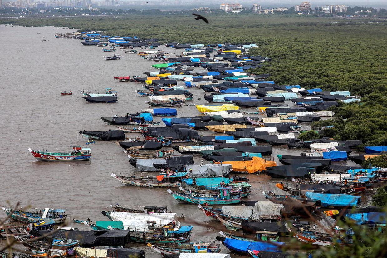 Fiskerbådene har fået forbud mod at gå til søs, fordi cyklonen Nisarga er på vej mod Mumbai.