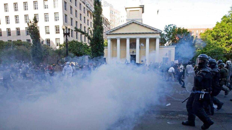 Politiet brugte tåregas mod demonstranter ved Det Hvide Hus i Washington D.C.