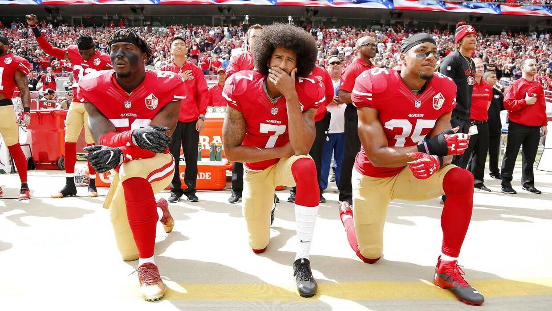 Sådan så det ud i 2016, da Colin Kaepernick (i midten) valgte at knæle under nationalsangen inden et opgør mod Dallas Cowboys. Med i protesten var også Eli Harold (tv.) og Eric Reid (th.).