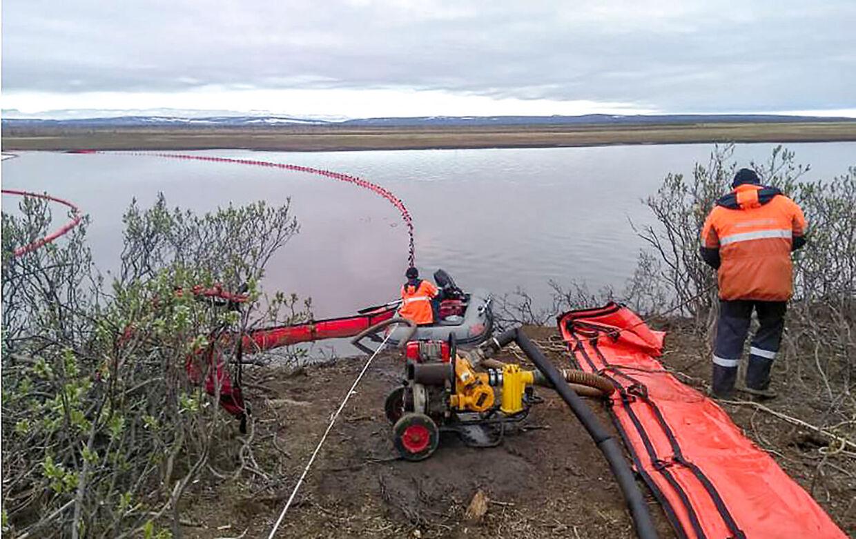 Her er olieforureningen nået til på floden Ambarnaya. Der er sat flydespærringer op.