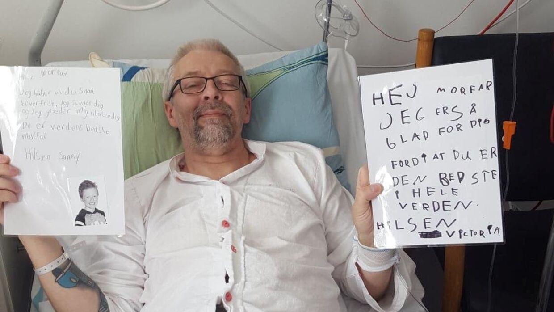 Lennart Hilfeldt på hospitalet med breve fra sine børnebørn. Han har fem voksne børn og otte børnebørn (Privatfoto)