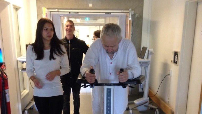 Lennart Hilfeldt på hospitalet efter operationen. (Privatfoto)