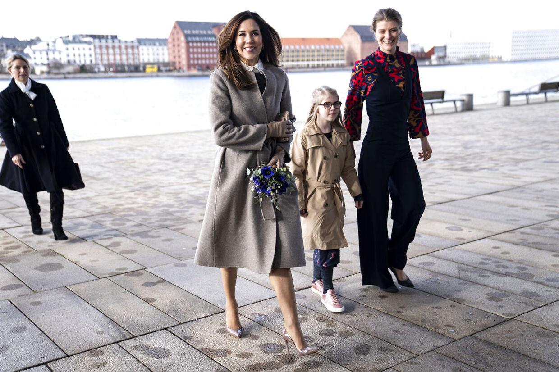 En del af jobbet består i at uddele priser. Her ankommer hun med kronprinsesse Mary til uddelingen af EliteForsk-priser i Operaen.