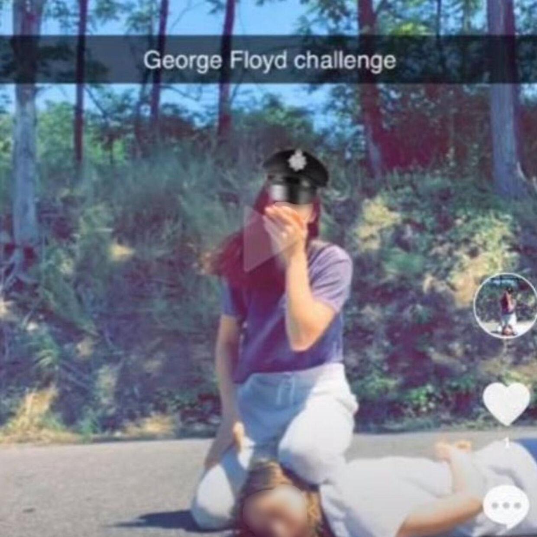 To unge kvinder laver George Floyd Challenge på TikTok.