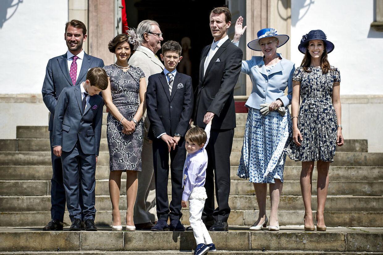 Prins Joachim mistede popularitet efter skilsmissen fra Alexandra. Men efter sit nye ægteskab med prinsesse Marie er han ved at have genvundet det tabte. Her ses den store sammensatte familie ved prins Nikolais konfirmation i 2014.