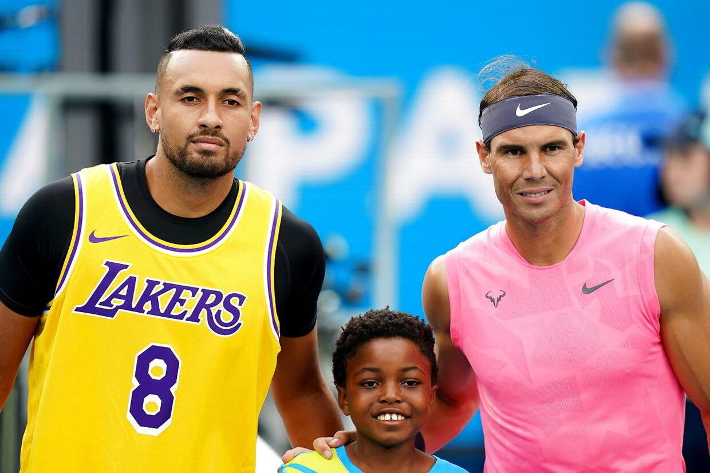 Nick Kyrgios (tv.) og Rafael Nadal inden opgøret i fjerde runde af Australian Open i år, hvor de mødte hinanden. Nadal endte med at trække sig sejrrigt ud af kampen.