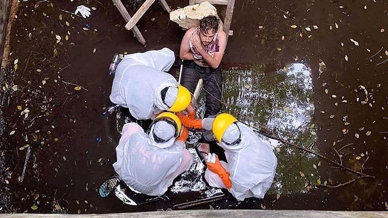 Her bliver den britiske mand reddet op af brønden efter seks dage.
