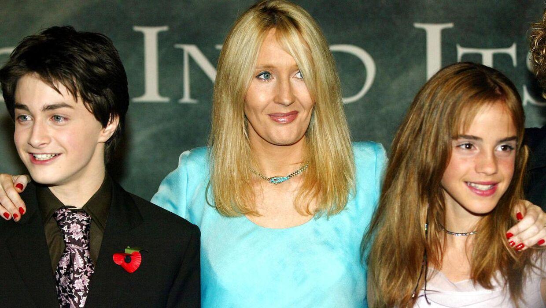 Arkivfoto af forfatteren J.K. Rowling med Daniel Radcliffe og Emma Watson, der spillede henholdsvis Harry Potter og Hermione Granger i de populære film.
