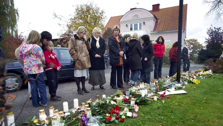 Dagen efter drabene i oktober 2004 samledes sørgende på gerningsstedet.
