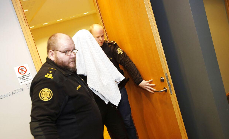 To islandske betjente fører den anholdte Thomas Møller Olsen ud af retslokalet. Thomas Møller Olsen blev senere idømt 19 års fængsel for mordet på Birna.