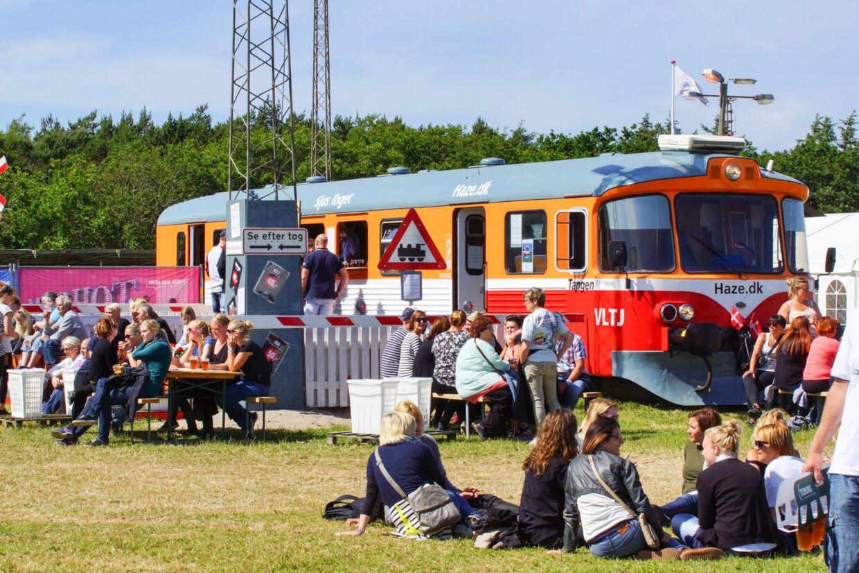 Et gammelt lokalbanetog er omdannet til en sjusbar. 'VLTJ'-linjen er kendt fra bandet Tørfisk hit af samme navn.