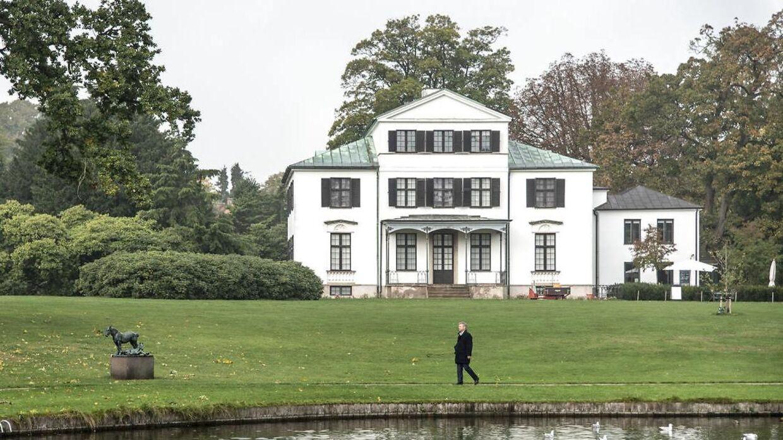 Landsstedet Øregård blev oprindeligt opført for midler, der stammede fra de danske slavekolonier på De vestindiske Øer. Politisk kommentator Jarl Cordua, der anes i forgrunden, har intet at gøre med slavehandel.