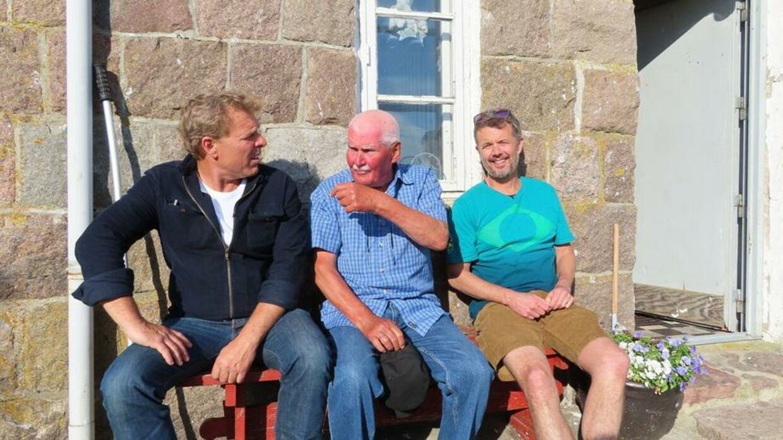Jørgen Nielsen (i midten) har vist Mikkel Beha (t.v.) og Kronprinsen (t.h.) rundt på øen Hirsholm. Foto: Privat