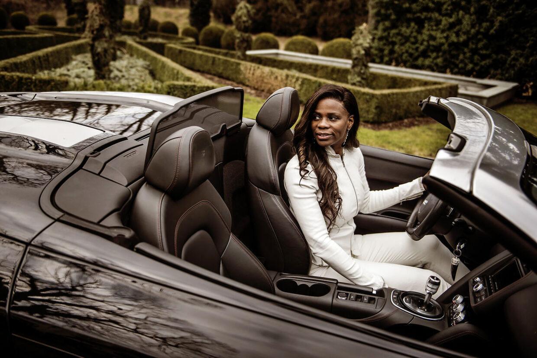 Biler er også en af Yvonne Seier Christensens passioner. Ser ses hun i en smart en af slagsen på slottet Schloss Schwarzenbach i Schweiz, hvor familien Seier Christensen bor.