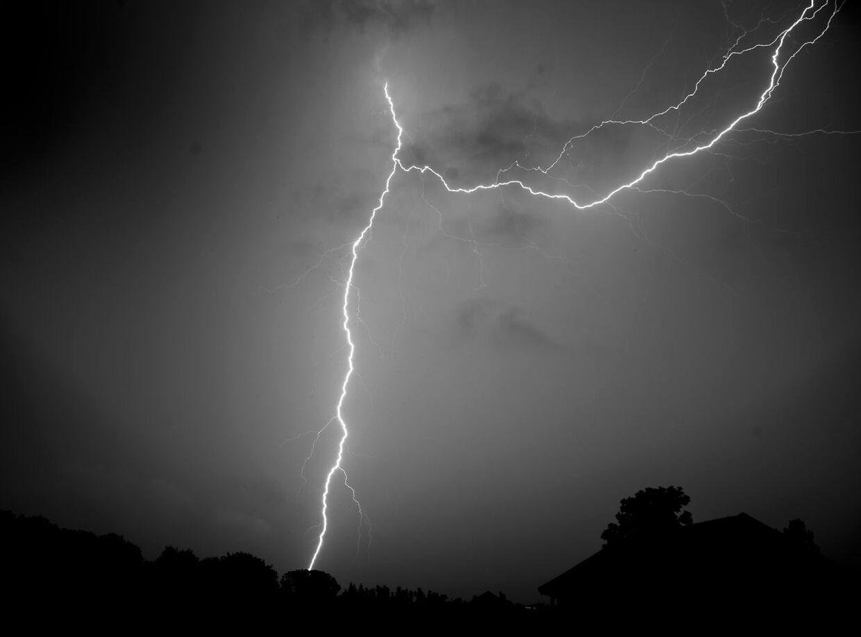 Et kraftigt lyn dræbte den tyske lokalpolitiker, der var trukket lidt væk fra en havefest for at tisse. Arkivfoto.