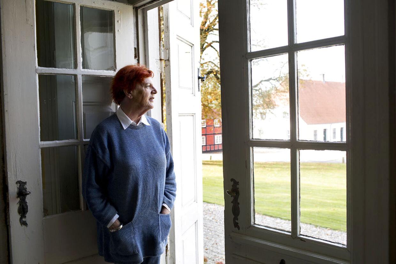 Venstrepolitikeren og eksminister Britta Schall Holberg var først betænkelig ved tanken om at lægge slot til tv-serien '1864'. - Men det er helt utrolig at lægge sted til en historisk film fra en af de nok vigtigste epoker i Danmarkshistorien, siger Britta Schall Holberg, der holder rundvisninger og foredrag på godset om dets historie og nu kan berette om sine oplevelser i forbindelse med optagelserne på godset.