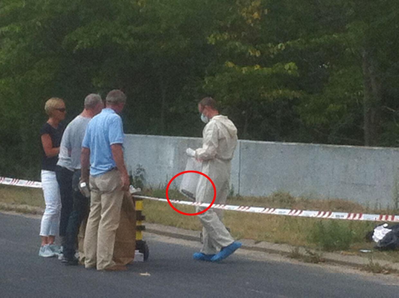 Politiets efterforskere i aktion på hjørnet af Albertslundvej og Holsbjergvej i Albertslund. Her fjerner de en kødkniv i en plasticpose. Er det våbenet, der dræbte 39-årige Hafida Bourouih? (Foto: Henrik Brøndberg)