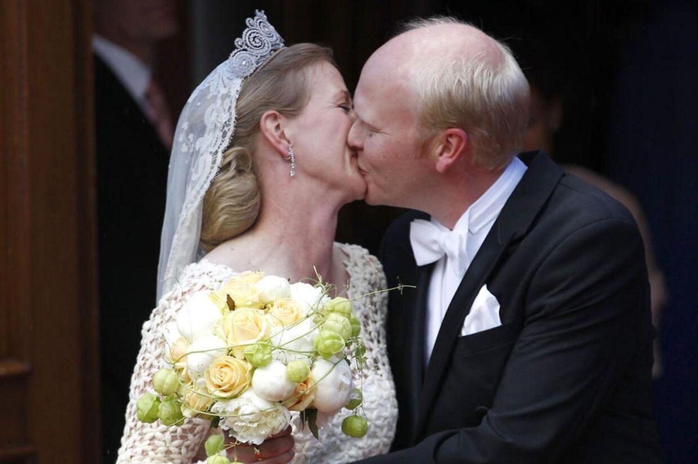 PrinsesseNathalie zu Sayn-Wittgestein-Berleburgog hendes mand Alexander Johannsmann kysser hiannden efter vielsen i den evangeliske kirke i Berleburg
