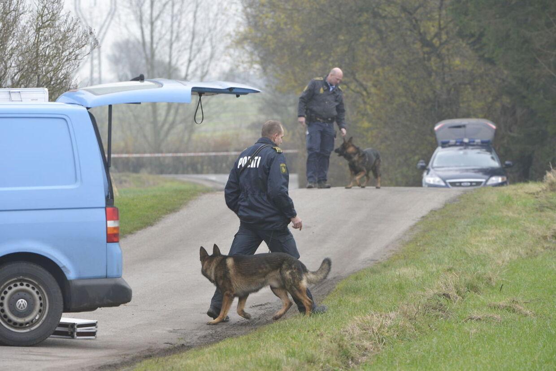Hundepatruljer er torsdag i gang med at undersøge Longvej for at sikre nye spor efter gerningsmanden.