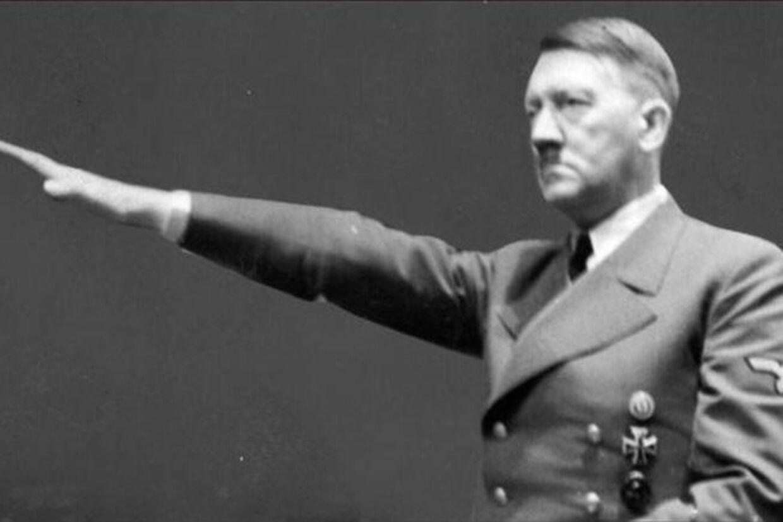 Adolf Hitler under en af sine taler. Måske kunne kvindehormoner have ændret ham og verdenshistorien, hvis De Allierede havde gennemført deres plan.