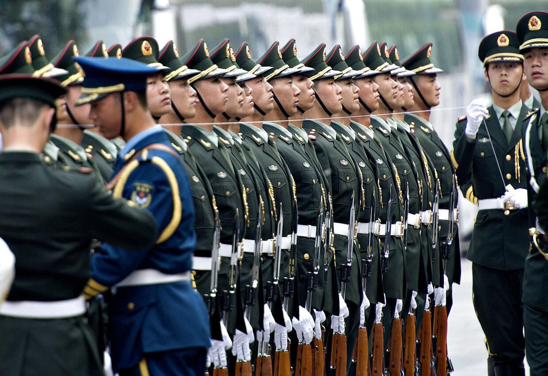 Det er ikke så underligt, at de kinesiske soldater kan stå så strunke og som om, de står efter en snor. Det gør de nemlig, viser Keld Navntofts billede af forberedelserne forud for regentparrets ankomst til Beijing i går torsdag. Foto: Keld Navntoft