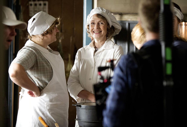Bodil Jørgensen er i gang med at røre i gryderne igen på TV2-serien 'Badehotellet' efter sit alvorlige uheld. Her er hun i en scene sammen med køkkenpigerne spillet af Ulla Vejby og Rosalinde Mynster.